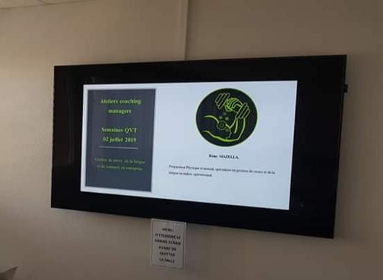 Une image contenant intérieur, monté, moniteur, télévision  Description générée automatiquement